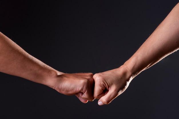 Рукопожатие двух человек на черном фоне Premium Фотографии