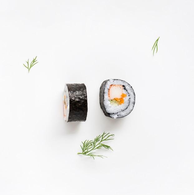 Два куска роллов суши маки Premium Фотографии