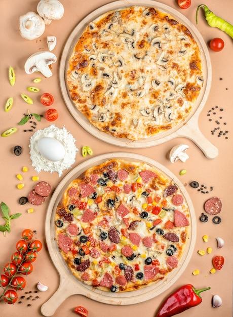 Две пиццы на столе Бесплатные Фотографии