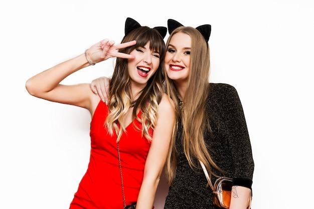 Две красивые женщины в кошачьих карнавальных ушах Бесплатные Фотографии
