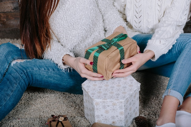クリスマスのためのギフトを持つ2つのきれいな女性、ビューを閉じる 無料写真