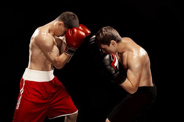 黒い壁に2つのプロのボクサーボクシング 無料写真