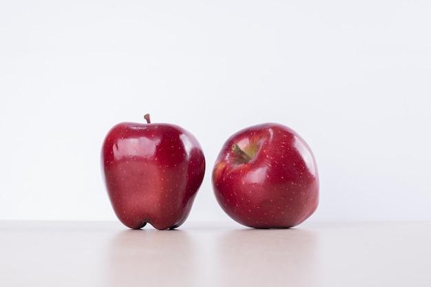 Два красных яблока на белом. Бесплатные Фотографии
