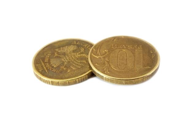 Две российские монеты десяти рублей, изолированные на белом фоне Premium Фотографии