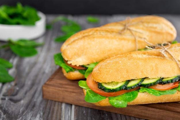 Два бутерброда с ломтиками шпината и огурца Бесплатные Фотографии