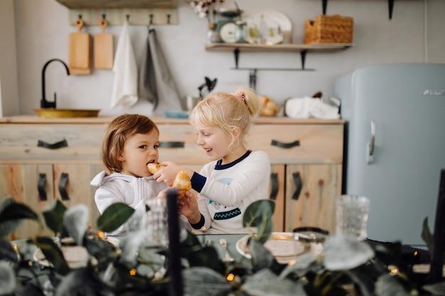 Две сестры позируют для картины во время семейной фотосессии Бесплатные Фотографии