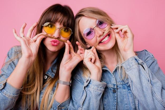 Две сестры развлекаются и делают гримасу Бесплатные Фотографии