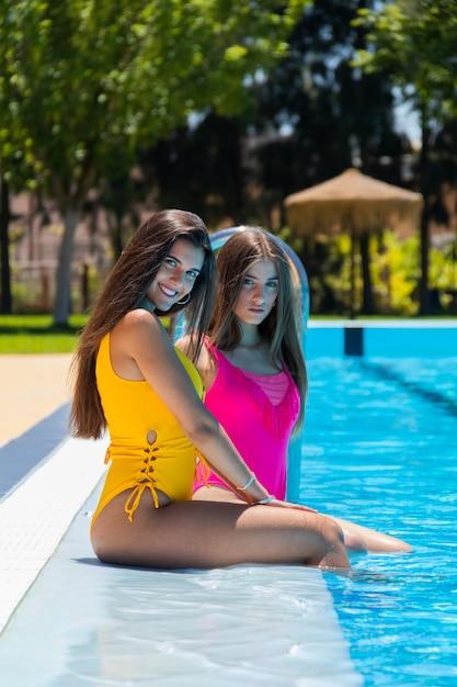 Очаровательные блондинки плещутся в бассейне (20 фотографий)