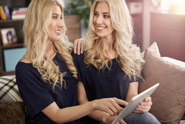 現代のタブレットを持つ2人の同じ姉妹 無料写真