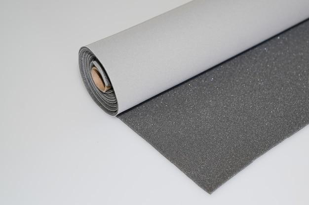 2つのトーンの灰色と暗い灰色の繊維ロール白い背景の上 Premium写真