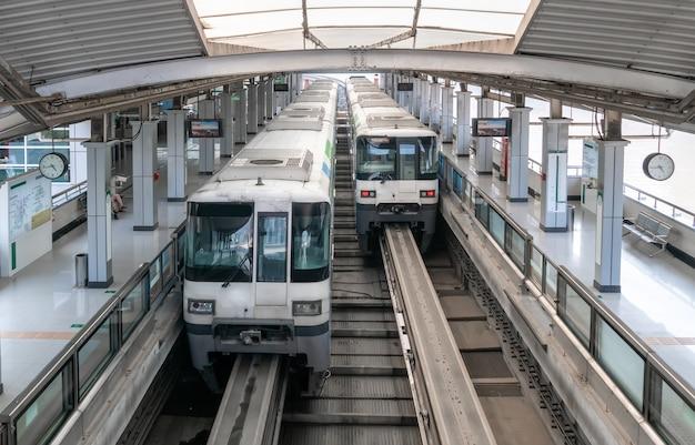 2つの電車が地下鉄の駅にあります Premium写真