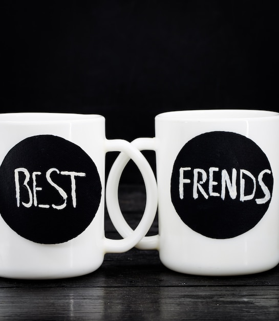 碑文と2つの白いカップ 無料写真