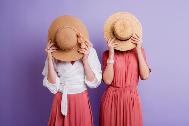 Две женщины в весеннем платье позирует Бесплатные Фотографии