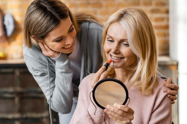自宅で化粧をしている2人の女性 無料写真