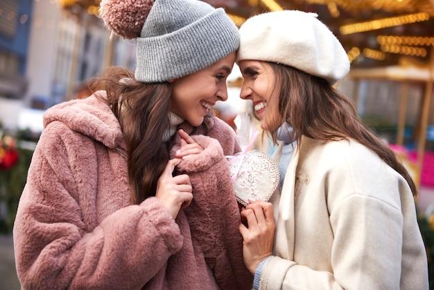 ハート型のジンジャーブレッドに恋する2人の女性 無料写真