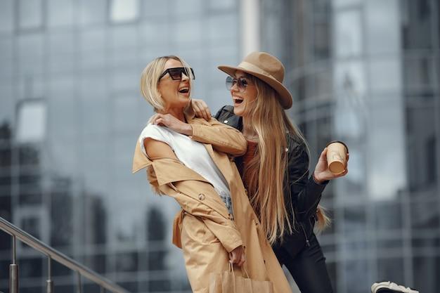 Две женщины, стоящие в осеннем городе Бесплатные Фотографии