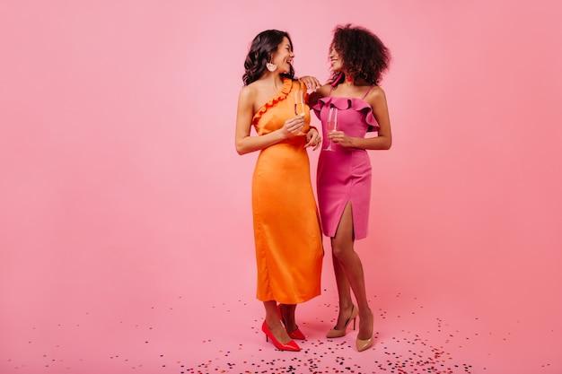 파티에서 얘기하는 와인 잔과 두 여자 무료 사진