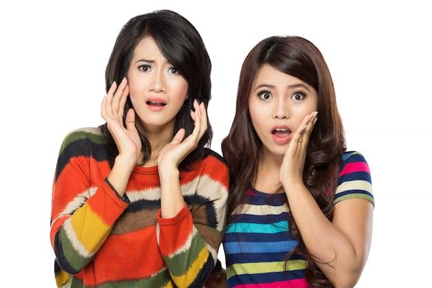 驚いた2人の若いアジア女性 Premium写真