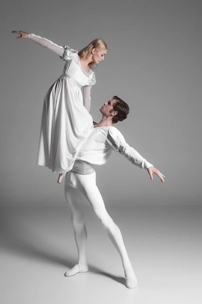 2人の若いバレエダンサーの練習。白の魅力的なダンスパフォーマー 無料写真