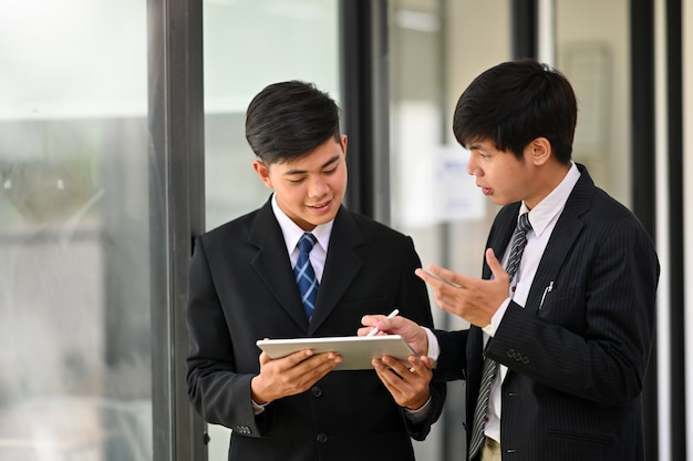 Two young businessman consult and meeting with business talk. Premium Photo