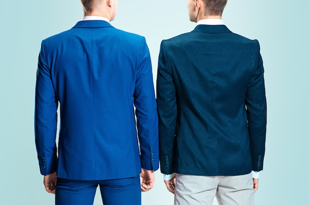 Due giovani uomini eleganti in un vestito. vista posteriore da dietro Foto Gratuite