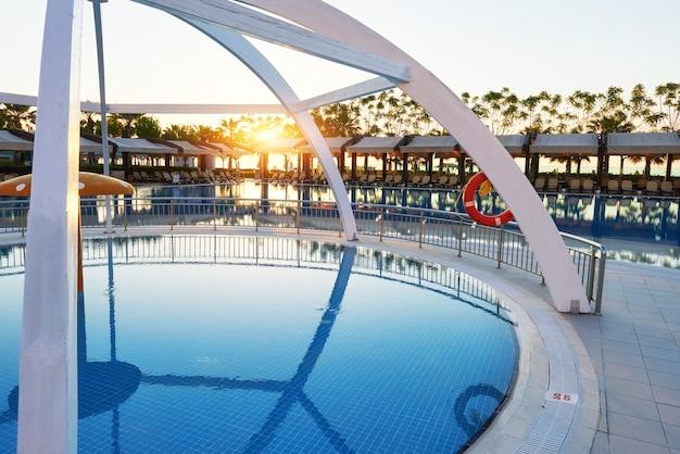 タイプエンターテイメントコンプレックス。トルコでプールとウォーターパークを備えた人気のリゾート。高級ホテル。リゾート。 無料写真