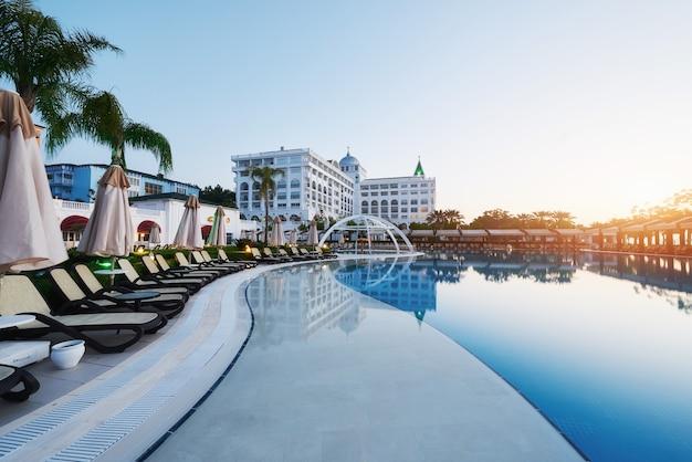 Тип развлекательный комплекс. популярный курорт с бассейнами и аквапарками в турции, который посещают более 5 миллионов человек в год. амара дольче вита роскошный отель. курорт. текирова-кемер Бесплатные Фотографии
