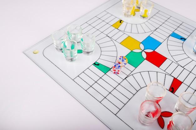 Типичная игра парчис для стеклянных вечеринок на фоне банка Premium Фотографии