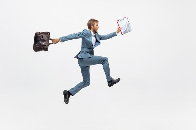 타자. 실행, 전문 운동 선수, 스포츠맨 같은 공백에 조깅 사무실 옷에서 남자. 모션, 공 행동에 사업가에 대 한 특이 한 모습. 스포츠, 건강한 라이프 스타일, 창의성. 무료 사진