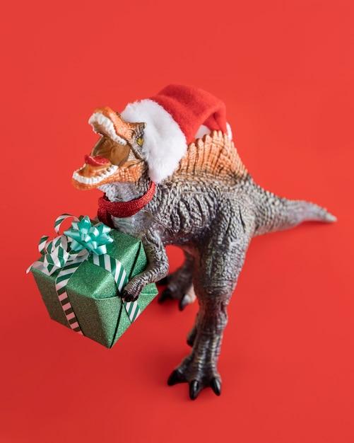 ギフトボックスを保持しているティラノサウルスレックス Premium写真