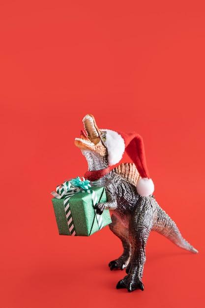 티라노사우루스 렉스 장난감 선물 상자를 들고 무료 사진