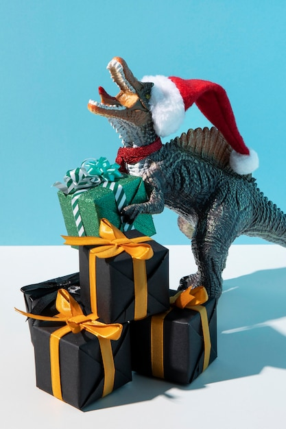 티라노사우루스 렉스 장난감 산타 모자 프리미엄 사진