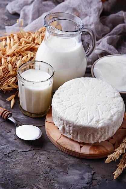 Tzfatチーズ、牛乳、小麦の穀物。ユダヤ教の祝日のシンボル Premium写真