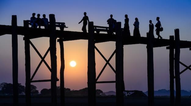 マンダレー、ミャンマー(ビルマ)の近くのアマラプラの日没時u bein橋 Premium写真