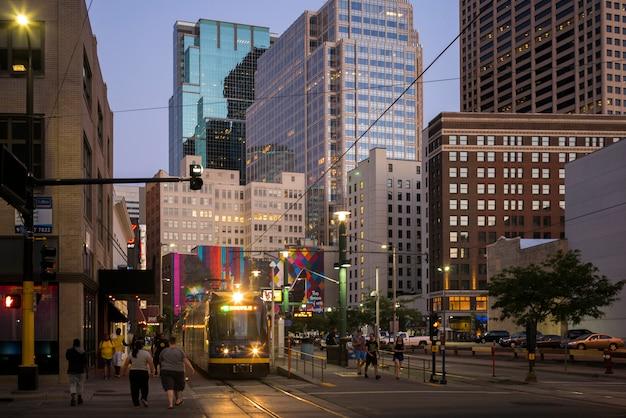 ダウンタウン、ミネアポリス、ヘネピン郡、ミネソタ、uの近代的なオフィスビルの間の通りにトラム Premium写真