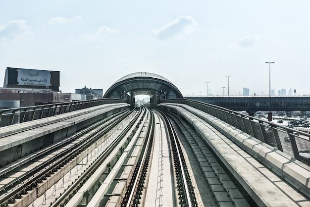 アラブ首長国連邦、ドバイ-12月31日:ダウンタウンの街ドバイの地下鉄道路の眺め。アラブ首長国連邦 Premium写真