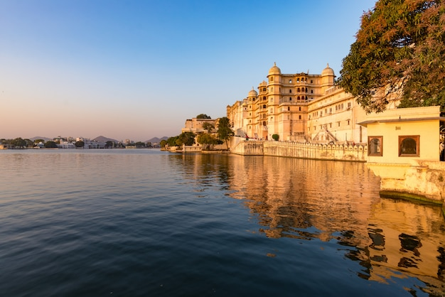 Udaipur cityscape at sunset. the majestic city palace on lake pichola, travel destination in rajasthan, india Premium Photo