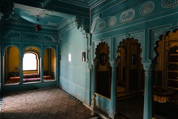 Udaipur rajasthanのcity palaceにあるzenana mahalのインテリア 無料写真