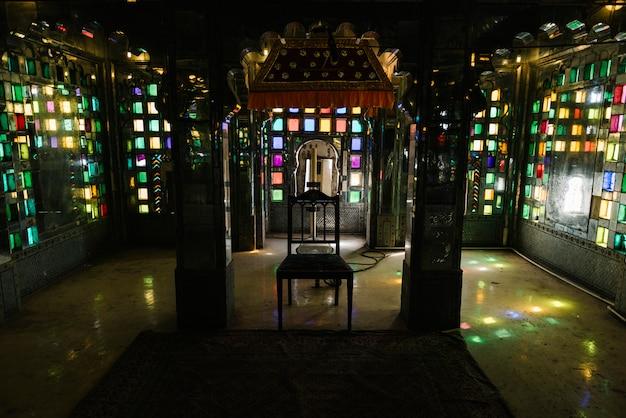 Udaipur rajasthanのシティパレスでのステンドグラスの窓 無料写真