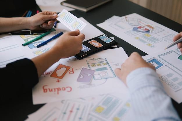 Макро ui ux дизайнер встреча прототип приложения макет веб-смартфона Premium Фотографии