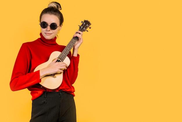 女の子、ukeleleを演奏するサングラスを着て 無料写真
