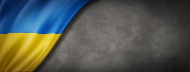 Флаг украины на бетонной стене. горизонтальный панорамный баннер. 3d иллюстрации Premium Фотографии