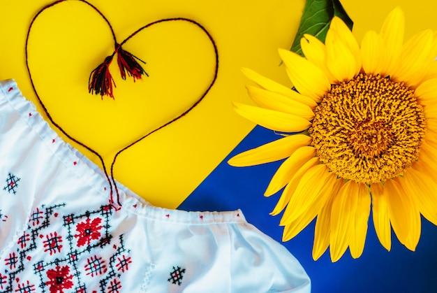 Украинские национальные цвета, подсолнух против вышитой ткани Premium Фотографии