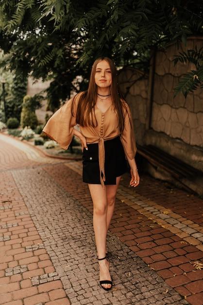 미니 스커트 야외 패션 여름 스타일 매력적인 우크라이나어 젊은 여자 프리미엄 사진