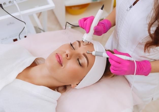 Ultrasound cavitation procedure. anti-aging, lifting procedure. Premium Photo