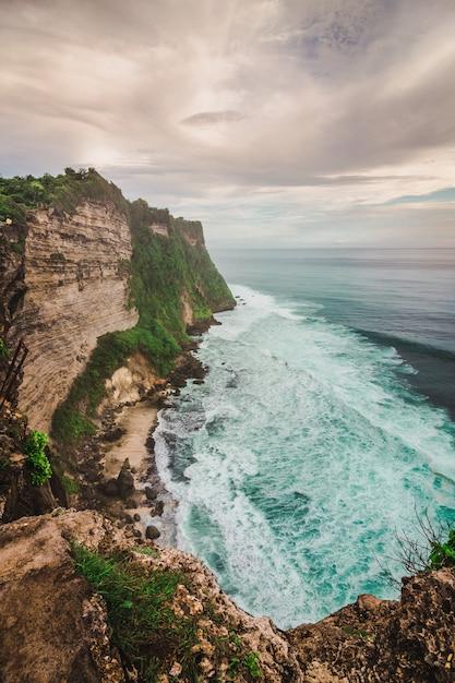 インドネシア、バリ島の青い海とウルワツ崖 Premium写真
