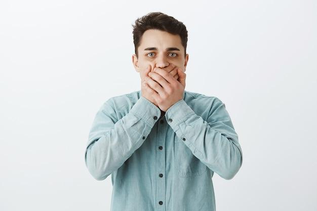 Uomo caucasico preoccupato scomodo in camicia Foto Gratuite