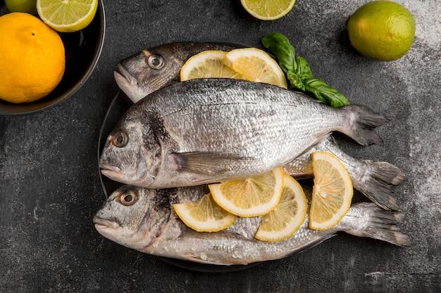 Сырые морепродукты с ломтиками лимона Бесплатные Фотографии