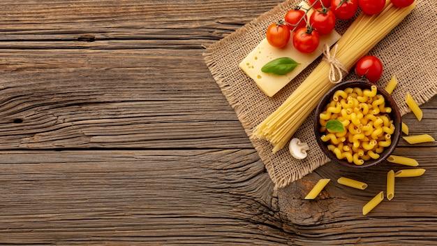 未調理のスパゲッティチェレンターニペンネトマトとハードチーズとコピースペース Premium写真