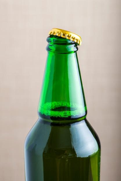 Откупоренная бутылка пива Premium Фотографии